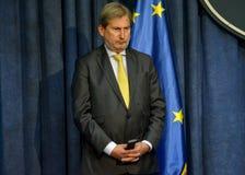 Conferência de imprensa comum de PM sérvio Vucic e comissário europeu Hahn Foto de Stock Royalty Free