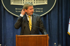 Conferência de imprensa comum de PM sérvio Vucic e comissário europeu Hahn Fotografia de Stock