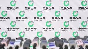 Conferência de imprensa da companhia de seguros de China Life, da parede da imprensa com logotipo como um fundo e do mics, animaç video estoque