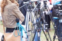 Conferência de imprensa de espera do repórter fêmea Foto de Stock Royalty Free