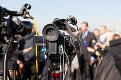 Conferência de imprensa Filmando um evento com uma câmara de vídeo imagem de stock royalty free