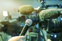 Conferência de imprensa Filmando um evento com uma câmara de vídeo fotos de stock