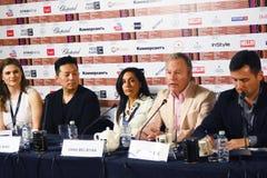 Conferência de imprensa principal do júri da competição do 40th festival de cinema do International de Moscou imagens de stock