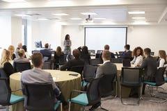 Conferência de Making Presentation At da mulher de negócios fotografia de stock royalty free