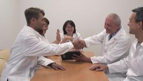 Conferência dos doutores na sala de reunião video estoque