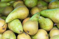 Conferência fresca das variedades das peras sobre a exposição no supermercado imagens de stock
