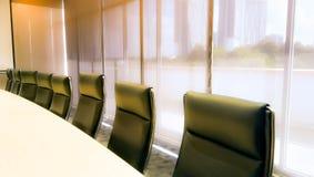 Conferência ou sala de reunião com iluminação alaranjada como o backdrope Fotografia de Stock Royalty Free