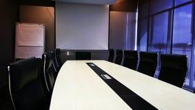 Conferência ou sala de reunião com iluminação alaranjada como o backdrope Foto de Stock