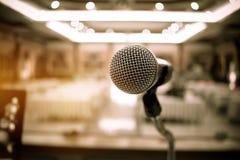 Confer vaag van microfoons in seminarieruimte, het spreken toespraak in Stock Foto