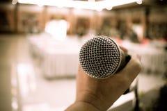 Confer vaag van microfoons in seminarieruimte, het spreken toespraak in Stock Afbeeldingen