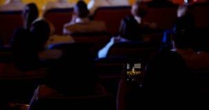 Conferencia de la grabación de la empresaria durante seminario del negocio en el auditorio 4k