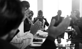 Conferencia de las manos de la gente que aplaude diversa foto de archivo