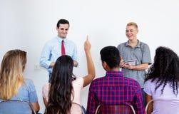 Conferencia del estudiante masculino en la sala de clase Fotografía de archivo libre de regalías