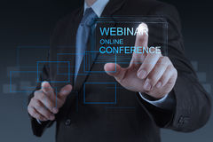 Conferencia en línea webinar de la demostración de la mano del hombre de negocios Foto de archivo libre de regalías