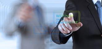 Conferencia en línea webinar de la demostración de la mano del hombre de negocios Fotos de archivo libres de regalías