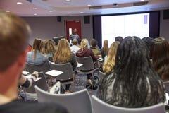Conferencia en sala de clase moderna de la universidad, visión trasera del estudiante fotografía de archivo