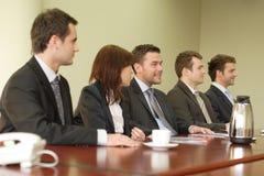 Conferencia, grupo de cinco hombres de negocios imagen de archivo