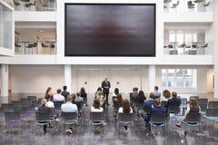 Conferencia madura de Making Presentation At del hombre de negocios imagen de archivo