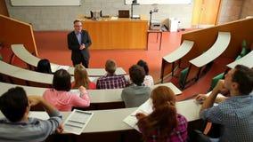 Conferenciante que habla a su clase en la sala de conferencias metrajes