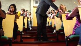 Conferenciante que supervisa una prueba en sala de conferencias metrajes