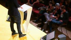 Conferente formado Speaking para audiência não interessada vídeos de arquivo