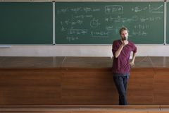 Conferente novo do professor com os estudantes faladores e de ensinos do microfone no grande salão de leitura fotos de stock