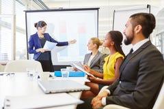 Conferente que dá a apresentação no seminário do negócio foto de stock