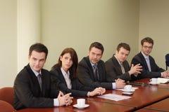 Conferentie, groep van vijf bedrijfsmensen Stock Fotografie
