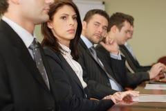 Conferentie vijf businesspeople royalty-vrije stock fotografie