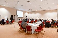 Conferentiezaal, bedrijfsconferentie en opleiding in zaal royalty-vrije stock afbeeldingen