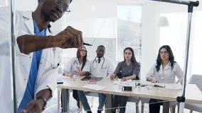 Conferenza d'ascolto dei giovani interni alla conferenza medica archivi video
