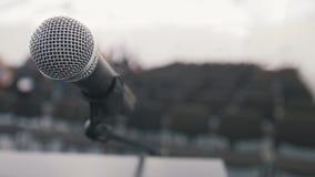 Conferenza della conferenza - microfono in scena nelle prestazioni aspettanti della sala, fine su immagine stock