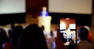 Conferenza della registrazione della donna di affari durante il seminario di affari in sala 4k archivi video