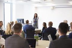 Conferenza di Making Presentation At della donna di affari fotografia stock