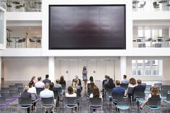 Conferenza di Making Presentation At della donna di affari fotografie stock