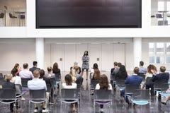 Conferenza di Making Presentation At della donna di affari immagini stock libere da diritti