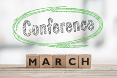 Conferenza di marzo con un segno di legno fotografia stock