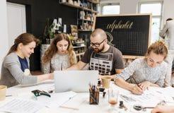 Conferenza ed addestramento nell'ufficio di calligrafia per un gruppo di persone Fotografia Stock