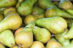 Conferenza fresca di varietà delle pere su esposizione nel supermercato fotografia stock libera da diritti