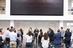 Conferenza matura di Making Presentation At dell'uomo d'affari fotografia stock