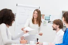 Conferenziere o nell'istruttore della casa che distribuisce le note Fotografie Stock