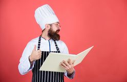 Conferma di consegna Uomo del cuoco unico in cappello Ricetta segreta di gusto vegetariano Cuoco unico maturo con la barba Cuoco  fotografia stock