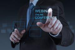 Conferência em linha webinar da mostra da mão do homem de negócios Foto de Stock Royalty Free