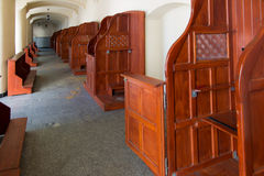 Confesonarios vacíos, un lugar del arrepentimiento y conversión inter Foto de archivo