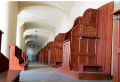 Confesonarios vacíos, un lugar del arrepentimiento y conversión inter Imagen de archivo libre de regalías