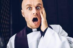 Confessives de prêtre dans le confessionnal photos stock