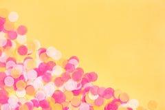 Confete alaranjado, do rosa e o branco no fundo alaranjado foto de stock royalty free