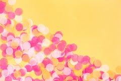 Confete alaranjado, do rosa e o branco no fundo alaranjado fotos de stock