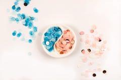 Confetes coloridos brilhantes isolados no fundo branco foto de stock royalty free