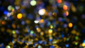 Confetes coloridos cintilantes Defocused do brilho, fundo preto Pontos claros do bokeh festivo abstrato do feriado video estoque